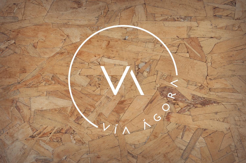 Foto logo Vía Ágora madera
